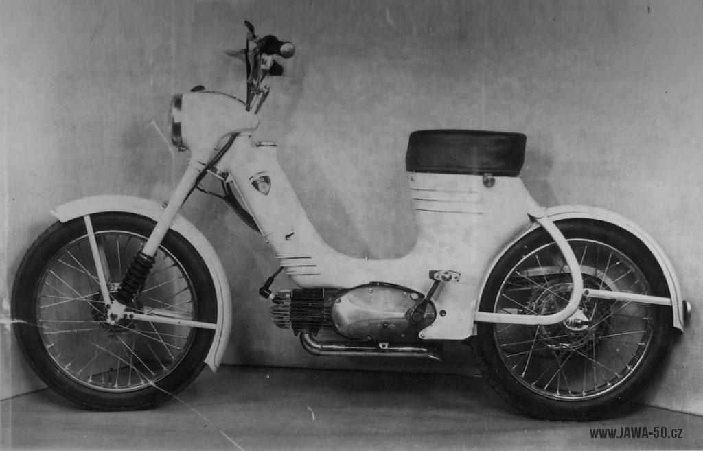 První prototyp motokola Jawa 359 se šlapátky (bez zadní odrazky a stojanu)