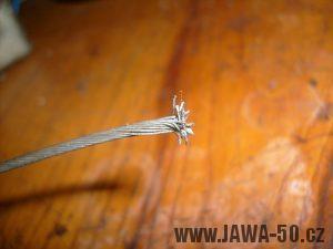 Lanko bowdenu s rozpleteným koncem pro zpevnění zakončení