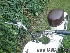 Prototyp Jawy 359 s řadící páčkou u plynové rukojeti a ovládáním brzd na řídítkách