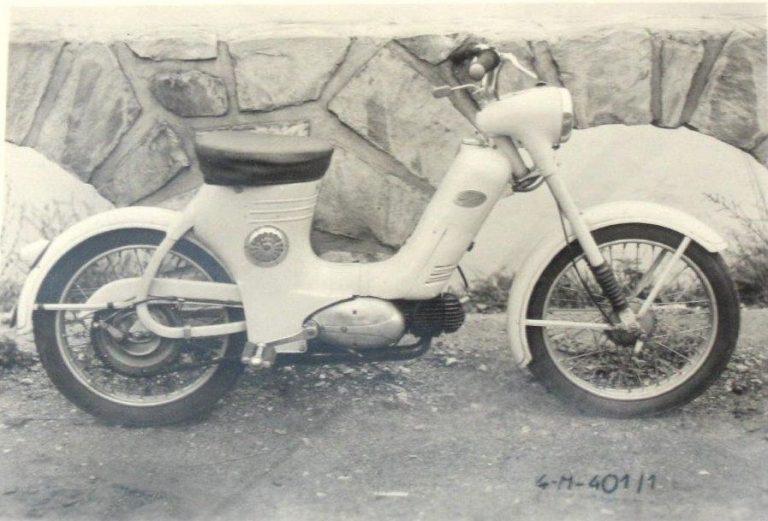 Jeden z prototypů motokola Jawa 359 s řazením na kloubu řídítek a klaksonem v bočním krytu