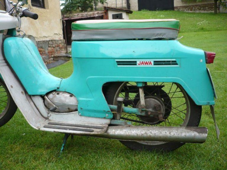 Tyrkysově zelená Jawa 220 z roku 1975