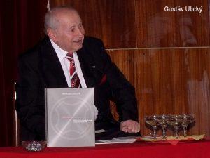 Gustav Ulický při křtu své první knihy o výrobě motocyklů v Považských strojárnách